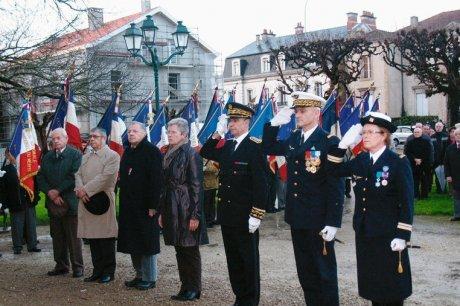 Moment de recueillement devant le monument aux morts. (photo jean-françois renaut)